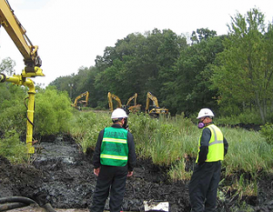 Initial cleanup of the contaminated zone around the pipeline break area. Photo: EPA.