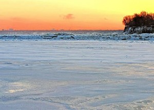 A frozen Lake Erie. Photo: Rabesphoto, Wikimedia Commons.
