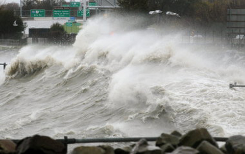 Winds from Hurricane Sandy make waves on Lake Sandy, crashing at the East 55th Street Marina. Photo: Marvin Fong, The Plain Dealer.