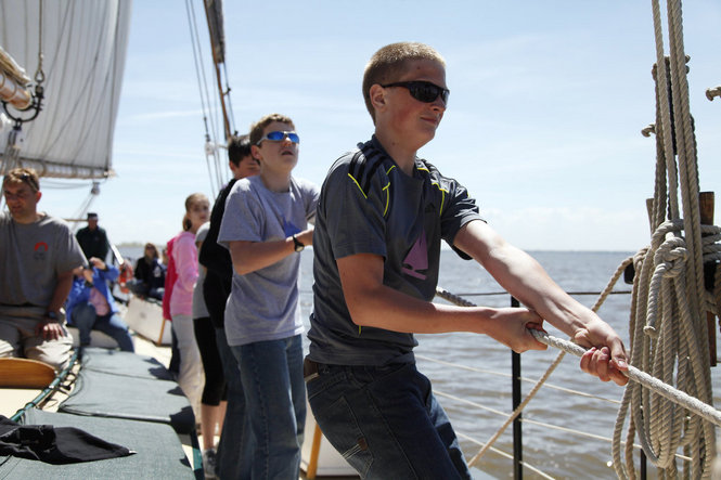 Learning to hoist sails. Image: BaySail